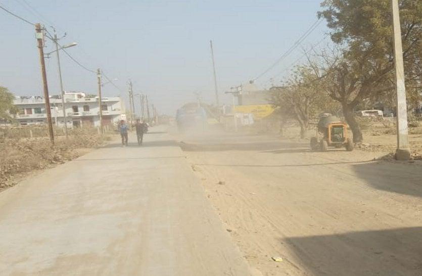ठेकेदार की निजी परेशानी से काम ठप, शहर की सांसों में बीमारियां घोल रही धूल