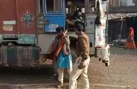 ट्रक चालक की पुलिस आरक्षक ने की बेरहमी से पिटाई, वीडियो में देखिए कैसे मवेशियों की तरह धुना