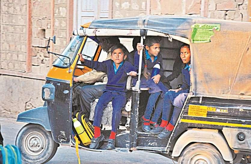 दुपहिया चालकों के चालान, बाल वाहिनियों में बच्चों के खतरे भरे सफर पर पुलिस बेखबर