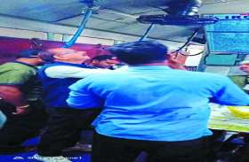 मुंबई-हावड़ा मेल के पैंट्रीकार का हुआ अचानक निरीक्षण, इन खामियों के कारण लगाया गया जुर्माना