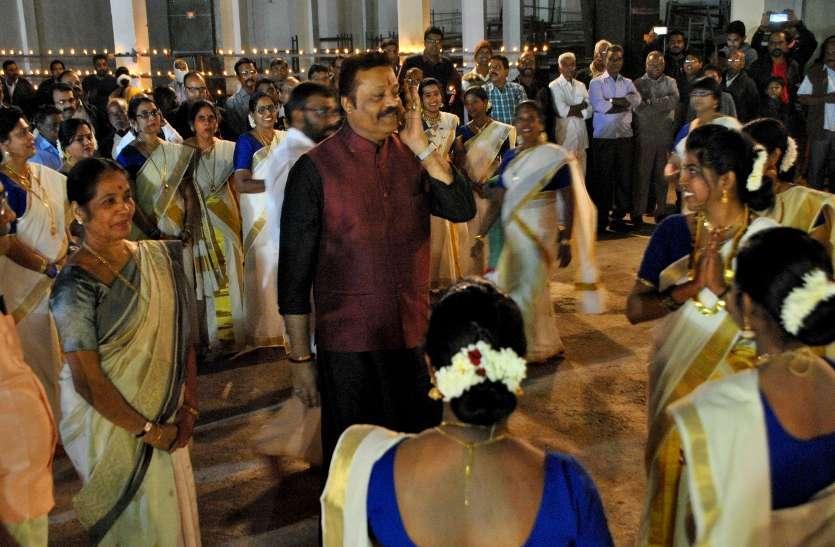 Photo Gallery :  नायर समाज के गोल्डन जुबली समारोह मे झिलमिलाए सैकड़ो दीये महिलाओं ने पारंपरिक नृत्य कर किया स्वागत