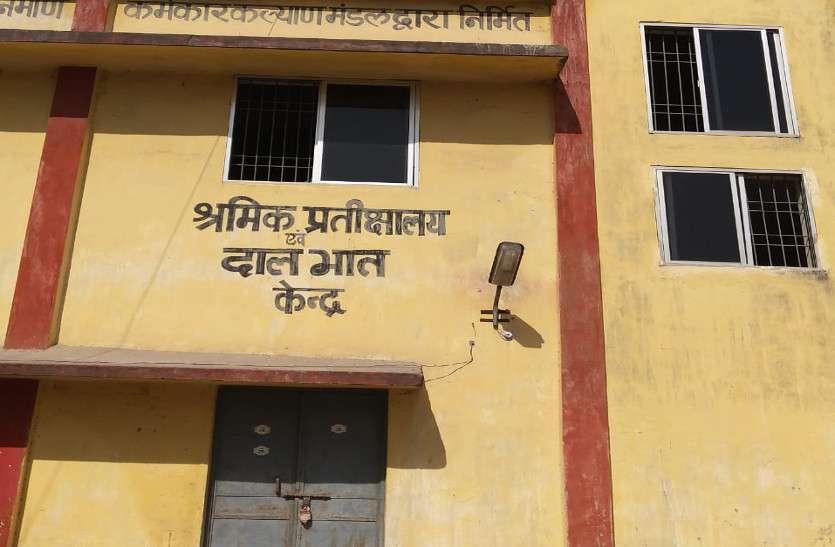 श्रम विभाग के गोदाम में पड़ी हुईं हैं इतनी सिलाई मशीनें, मांगने पहुंच रही महिलाओं को क्या कह रहे अधिकारी, पढि़ए खबर...