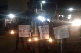 रात में लालटेन लेकर निकले कांग्रेसियों ने कहा- हमारा सांसद लापता हो गया है, दर्ज कराई FIR
