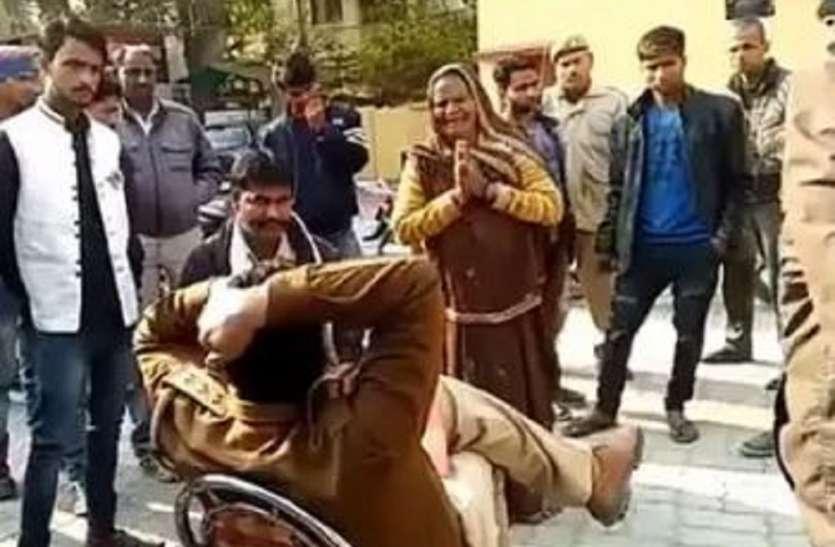 पैर पकड़ कर गिड़गिड़ाती रही बुजुर्ग महिला, एसएसपी ने किया कोतवाल को लाइन हाजिर