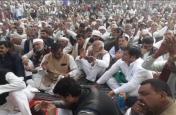 भाजपा सरकार से नाराज किसानों के धरने में पहुंचकर इस पार्टी के सांसद और विधायक ने कर दिया बड़ा खेल