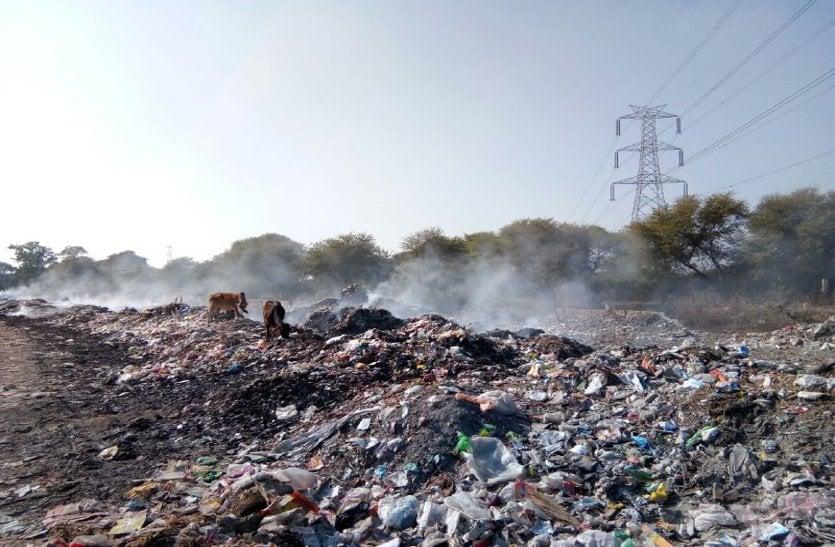 video: ट्रेचिंग ग्राउंड में जलाया जा रहा कचरा, परेशान हो रहे लोग, अधिकारी अनजान