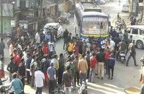photo Gallery :- दूसरे दिन सुबह मौके पर उमड़ा लोगों का हुजूम, शहर में बस प्रवेश करने की बात को लेकर जताया विरोध