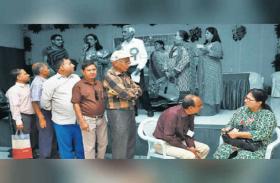 50 साल की इस महिला से शादी के लिए कतार में खड़े रहे कई लोग, बारी-बारी से लिया सब का इंटरव्यू