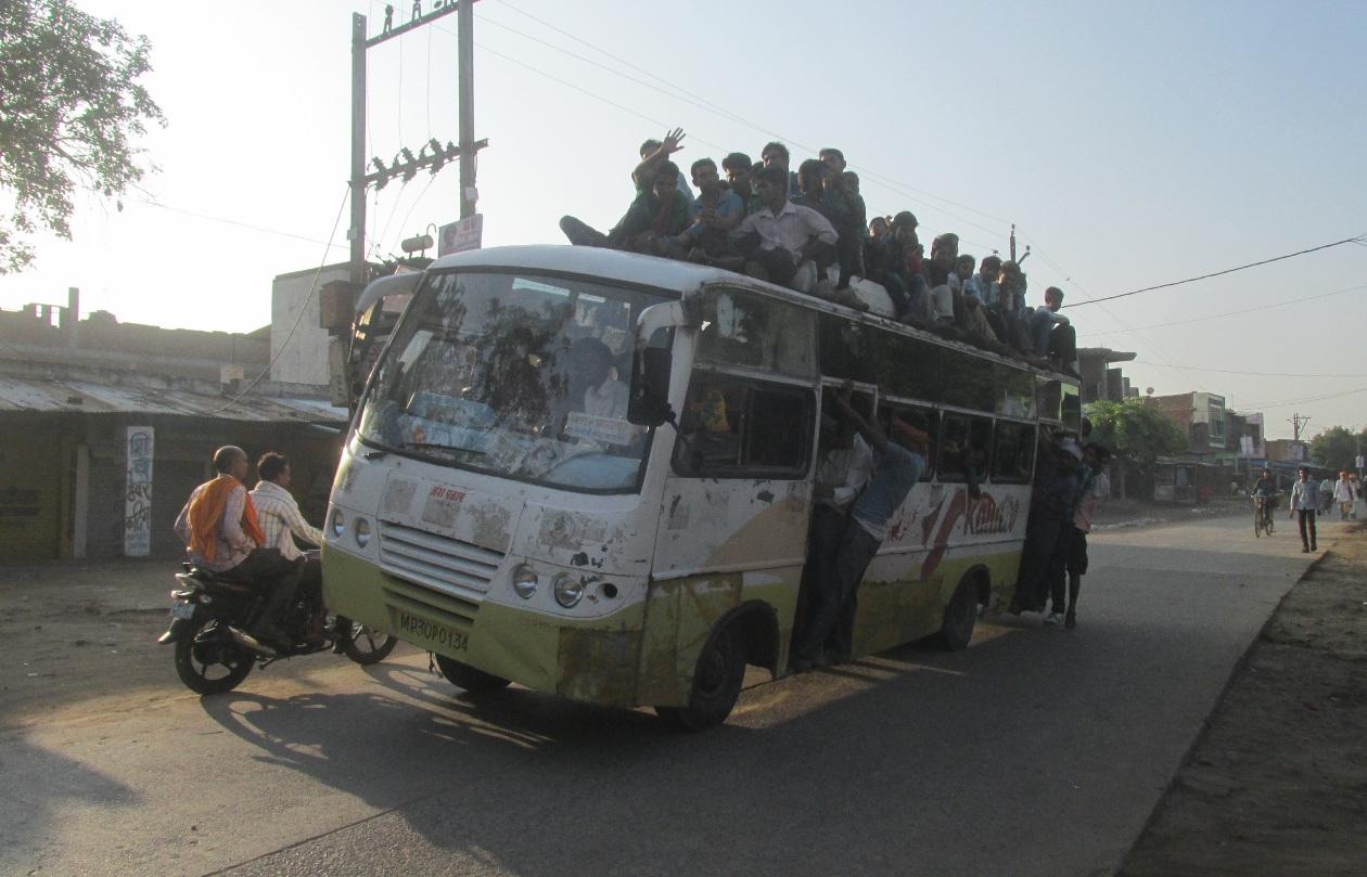 बसों की छतों पर बैठ कर रहे यात्रा