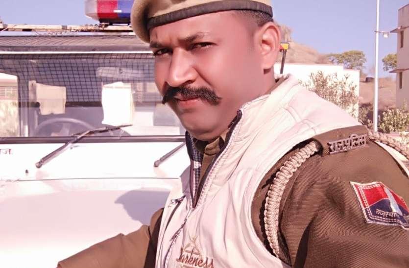क्या आप इस पुलिस वाले को जानते हैं, कहीं आपकी शादी में भी वेटर बनकर आया हो