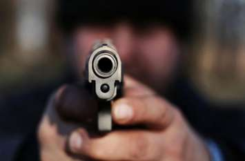 गार्ड ने मजाक में की फायरिंग, गोली लगने से एक व्यक्ति घायल