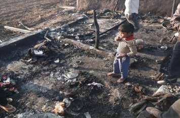 आंखों के सामने जल गए गरीबों के घर