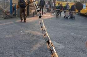 बच्चों को जल्दी स्कूल पहुंचाने में तोड़ दिया रेलवे गेट
