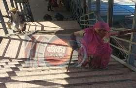 VIDEO: आबूरोड का रेलवे स्टेशन जहां बुजुर्ग-दिव्यांग यात्रियों को हो रही परेशान