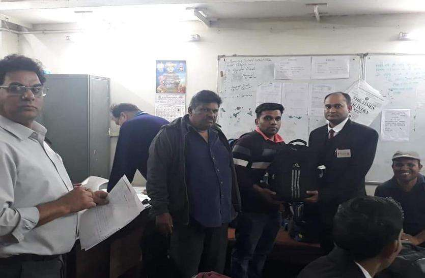 टीटीई ने लौटाए यात्री के एक लाख रुपए