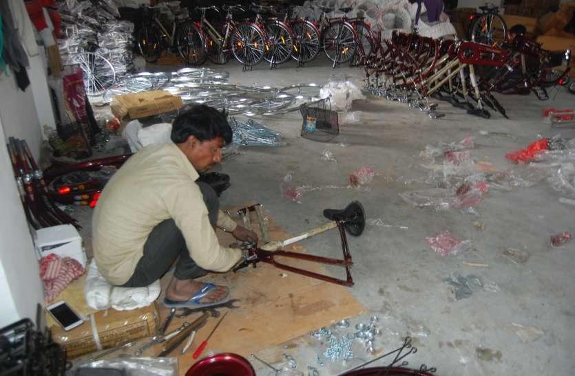 मुसाफिरी दर्ज कराने में हीलाहवाली, सरकारी स्कूलों में साइकिल तैयार कर रहे श्रमिक