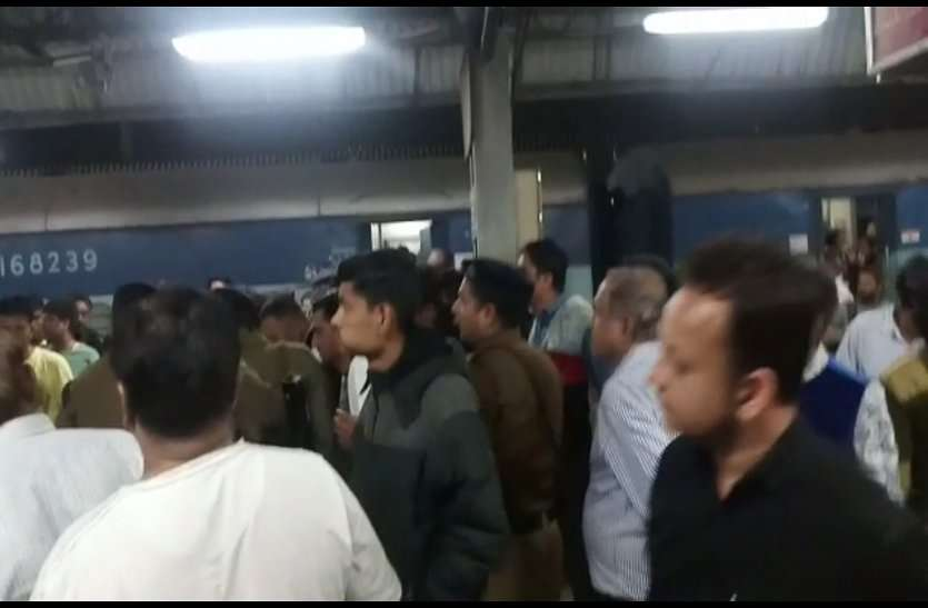 ट्रेन में यात्री की मौत पर हंगामा