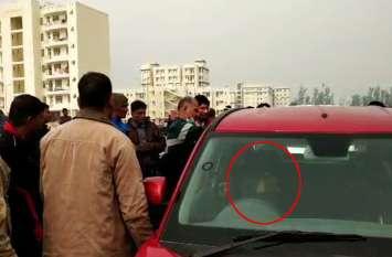 राजस्थान में यहां खड़ी कार में संदिग्ध अवस्था में मिली युवक की लाश, सीट पर मिला हथियार