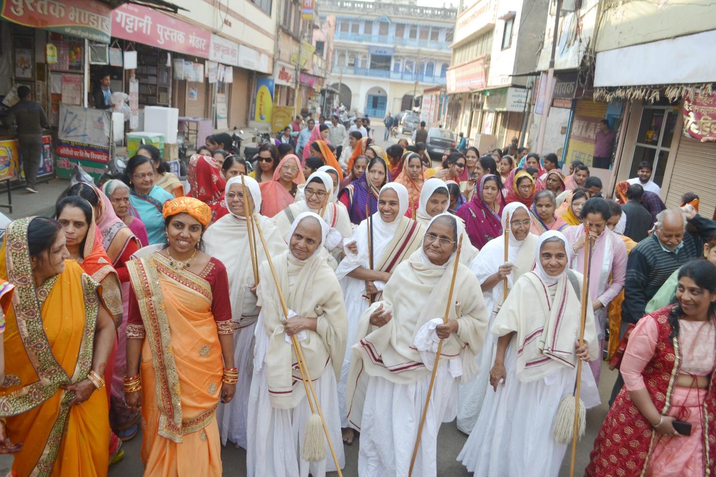 video साध्वी वृन्द के सामैया जुलूस में उमड़ा जनसैलाब -