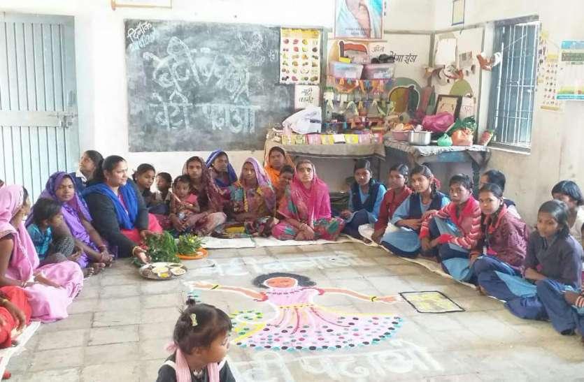 छात्राओं ने बनाई रंगोली