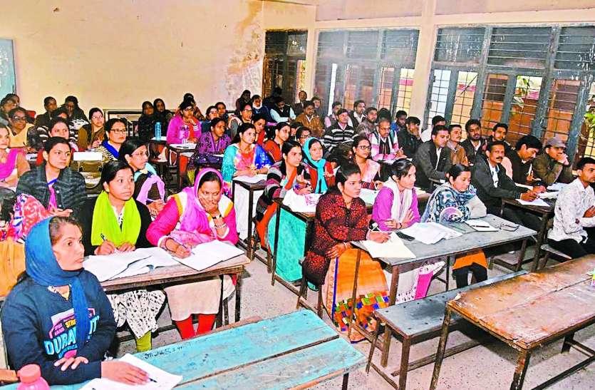 बच्चों की परीक्षा या शिक्षकों की: परीक्षा के पहले शिक्षकों को प्रशिक्षण देने में कर दिया व्यस्त