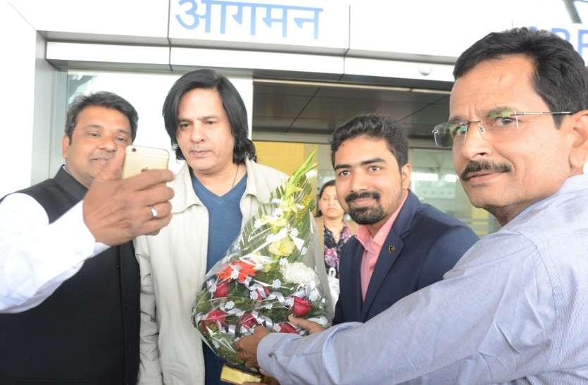 गुमनामी की दुनिया में खोए राहुल रॉय को अपने बीच पाकर चौंके फैंस, लंबे बालों से पहचाना