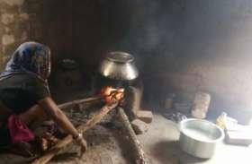 उज्ज्वला गैस योजना से मोहभंग, फिर लकड़ी और कंडे के सहारे महिलाएं