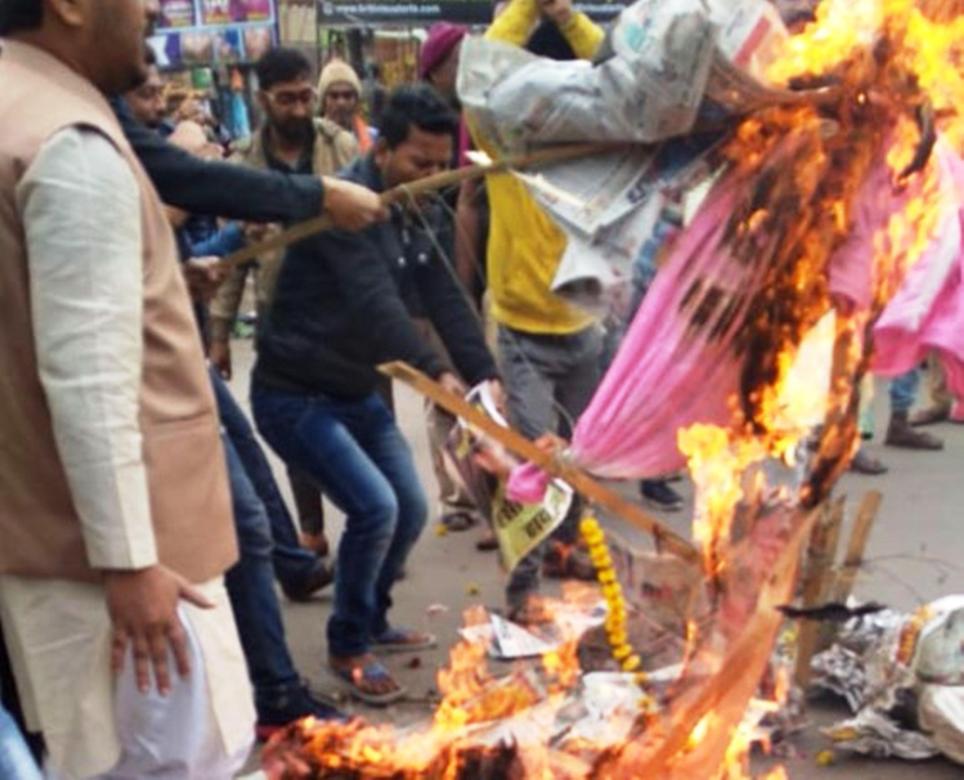 रिजवी का पुतला फूंकने पर पुलिस ने भांजी लाठियां