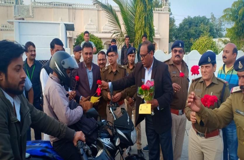 यातायात नियमों का पालन करने वालों का गुलदस्ते से सम्मान