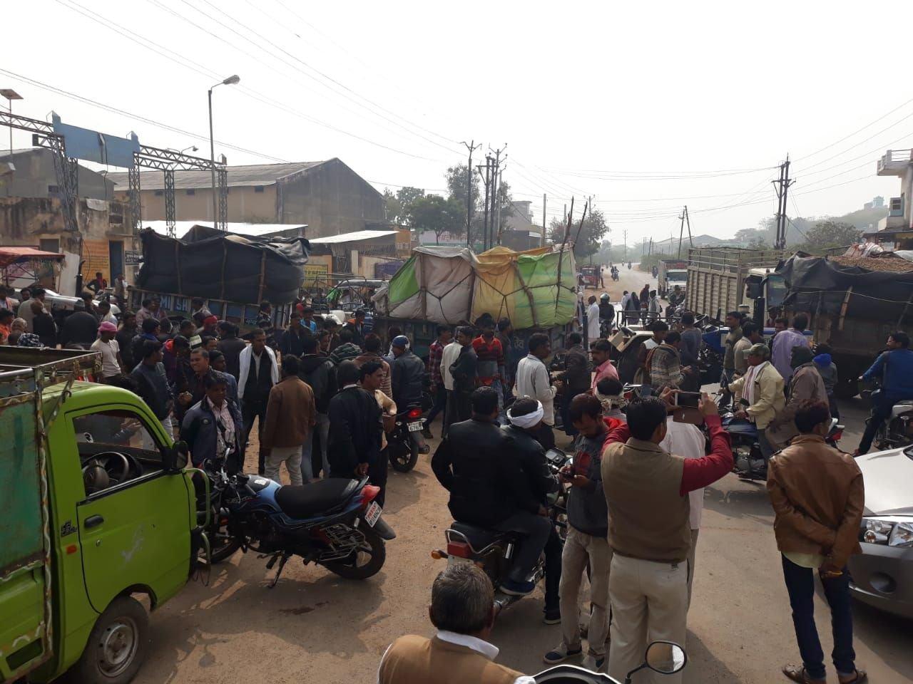 मंडी में बारदाना न मिलने पर किसानों ने पिछोर-चंदेरी मार्ग पर लगाया जाम