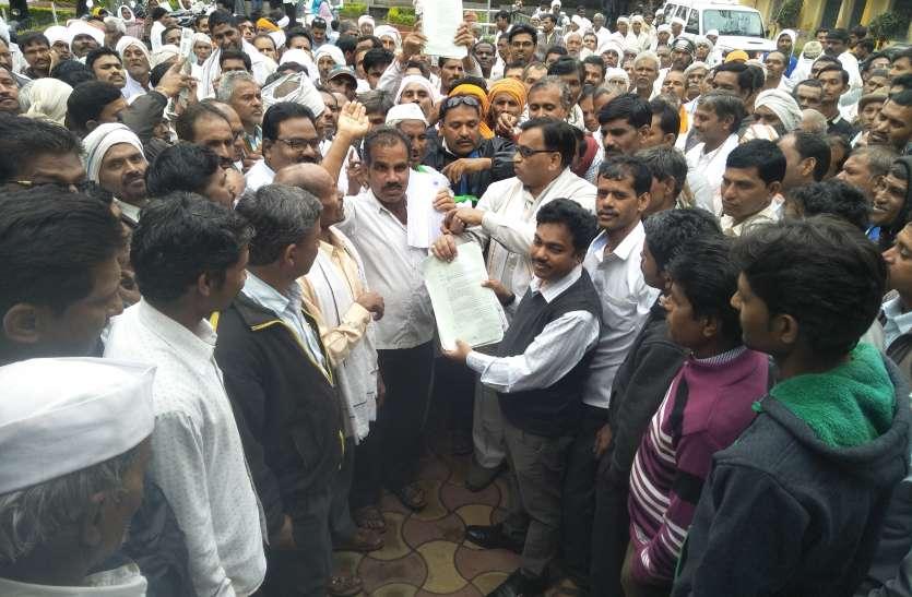 कर्ज माफी के लिए किसानों ने घेरा कार्यालय
