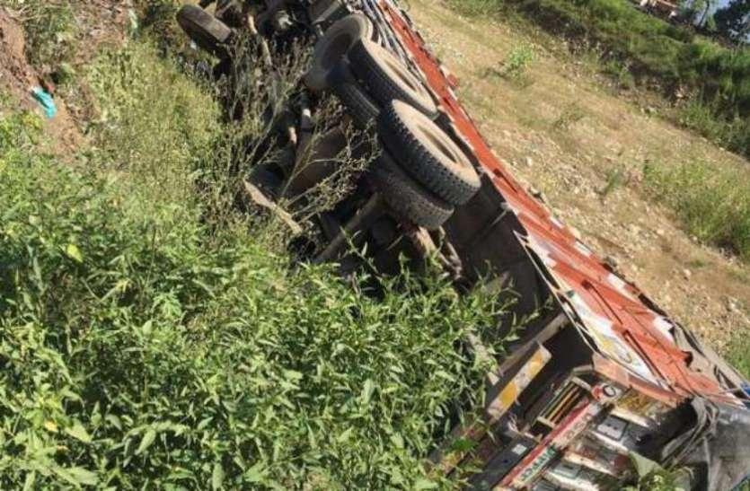 ईंट की भट्टी के पास हुआ बड़ा हादसा, ट्रक मुड़ाते हुए फिसलकर झोपड़ी पर गिरा, 13 मजदूरों की मौत
