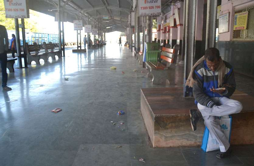 दिन की चार ट्रेन रद्द, सैकड़ों की भीड़ वाले स्टेशन पर रहा सन्नाटा