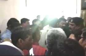 जियोस की बैठक में विवाद, बाहर निकलते ही भाजपा विधायक समर्थकों ने कांग्रेस जिलाध्यक्ष को घेरा, देखें वीडियो