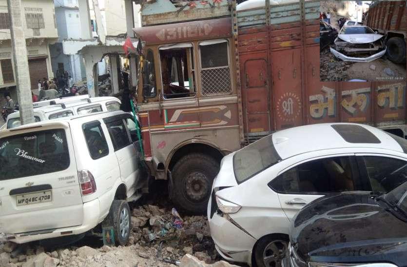 ट्रक हुआ बेकाबू.. 20 वाहनों को लिया चपेट में, स्कूटी लेकर खड़ी युवती की हुई मौत