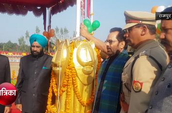 मोदी के इस मंत्री ने रामपुर पुलिस लाइन में पहली बार फहराया तिरंगा- देखें वीडियो