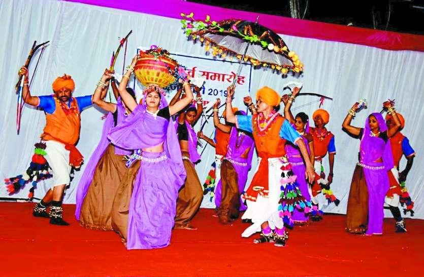 गणतंत्र दिवस की शाम जमी कुछ निराली महफिल, कव्वाली तथा आदिवासी नृत्य ने समाँ बांधा