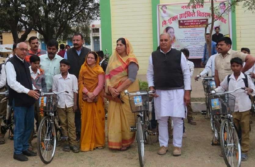 गाडरवारा के स्कूलों की 214 साइकिलें वितरित