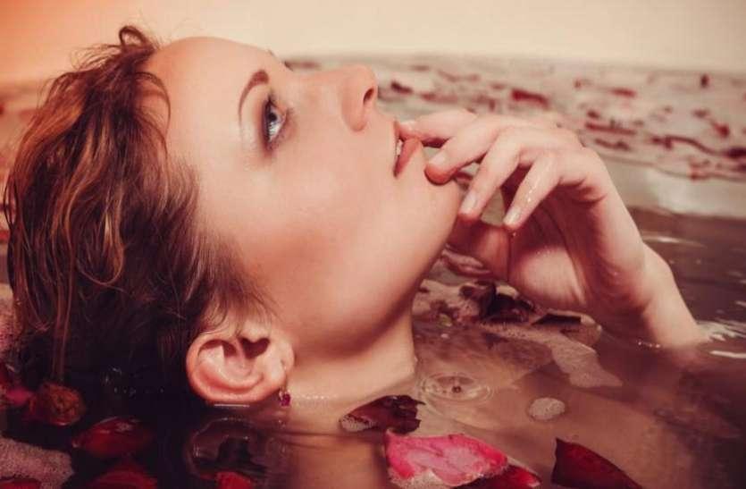 नहाते वक्त पानी में मिला लें ये 5 चीजें, दूध से भी ज्यादा निखर जाएगी रंगत