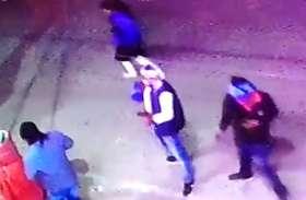 शोरूम पर नकाबपोश बदमाशों ने की फायरिंग, सीसीटीवी में कैद हुए बदमाश