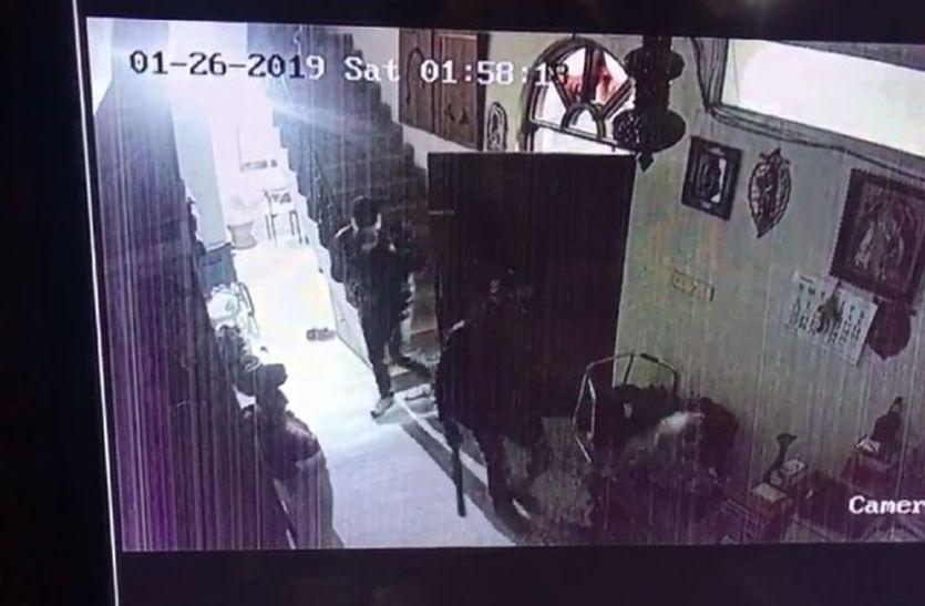 जिस कार से चोरी व लूट की उसे बदमाश सरदारपुर में छोड़ भागे