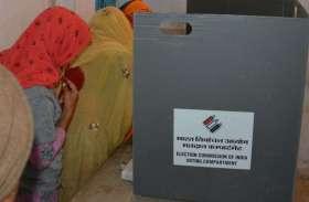 अलवर के रामगढ़ चुनाव में लापरवाही,ईवीएम मशीन पर एक साथ पहुँची तीन महिलाये देखते रहे कर्मचारी