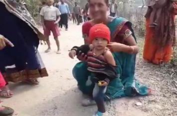 असम सरकार को हुआ ब्लैक फोबिया!...मुख्यमंत्री के कार्यक्रम में खुलवाया बच्चे का काला जैकेट