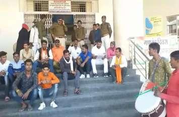 video story : नगर निगम गेट पर शिवसेना ने क्यों बजवाए ढोल, मौके पर पुलिस भी पहुंची