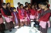 मिड डे मील में बदबूदार चावल परोसे जाने पर छात्राओं ने किया हंगामा
