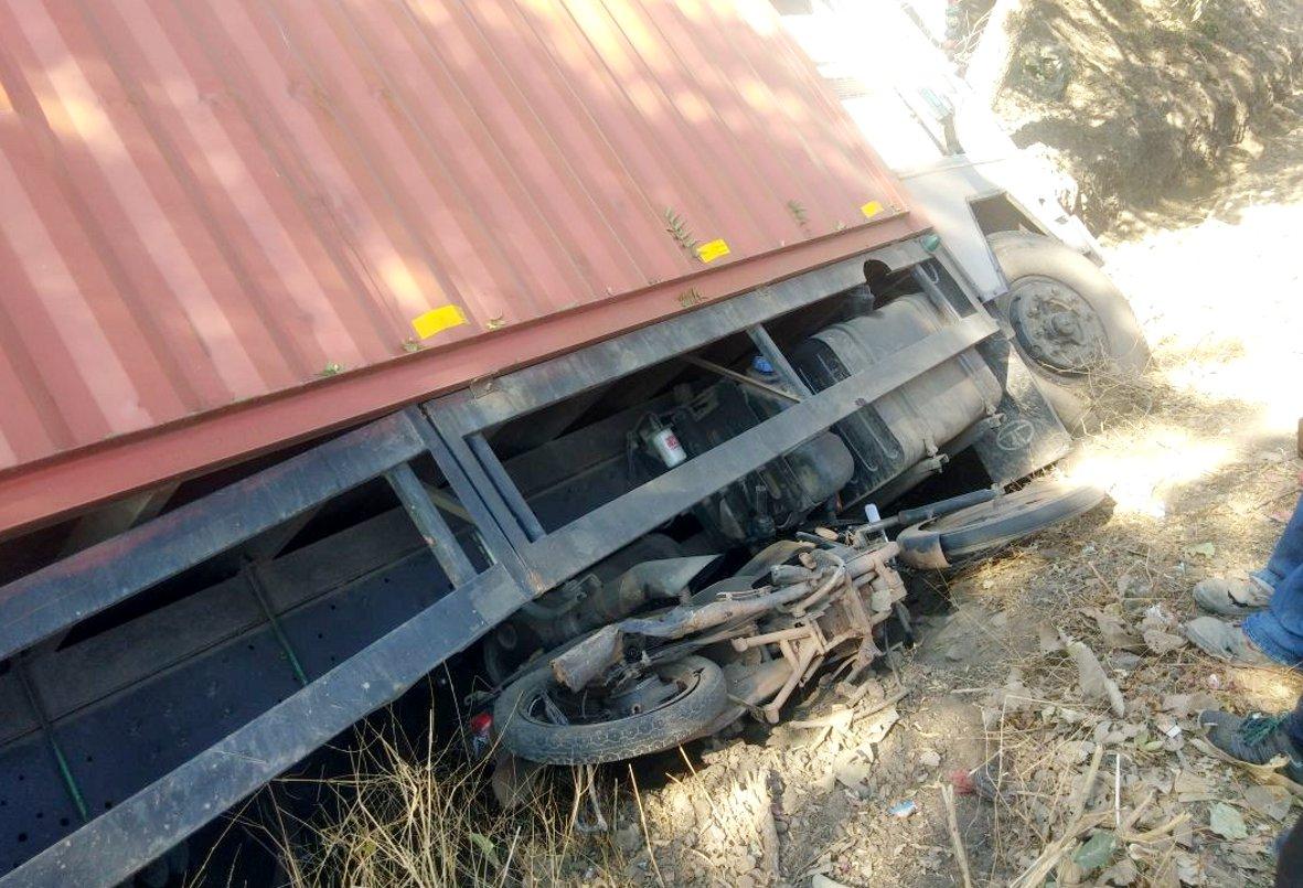 ट्रक ने मारी बाइक सवारों को टक्कर, तीन घायल