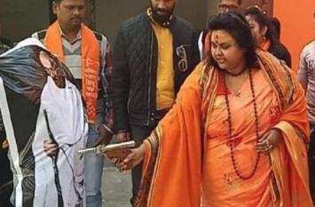 महात्मा गांधी को गोली मार, खून देखकर हंसने वाली कौन है ये महिला?