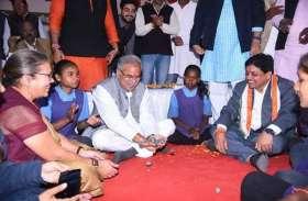 बच्चों के साथ मुख्यमंत्री ने गोटा खेला, भौंरे को हवा में उछालकर हथेलियों पर नचाया, बोले- याद आ गया बचपन