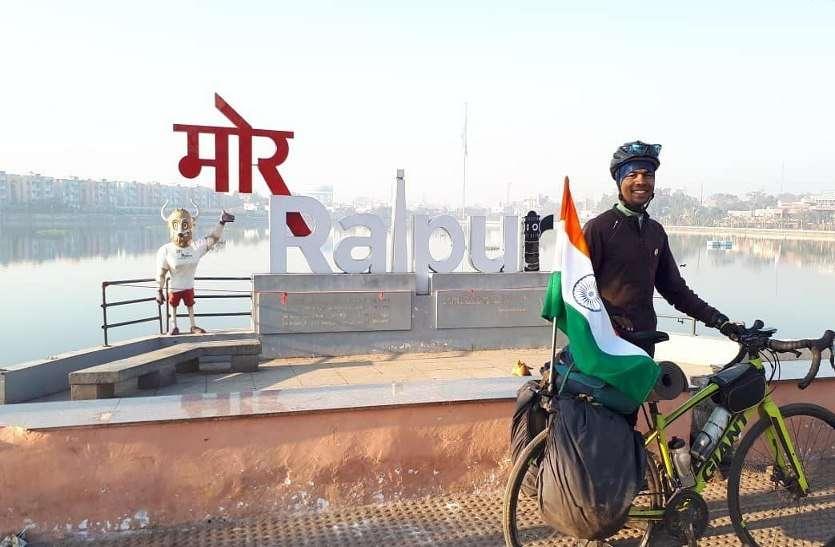 सैनिकों के सम्मान के लिए हाथ में तिरंगा लेकर साइकिल पर निकल पड़ा डीयू का गोल्ड मेडिलिस्ट छात्र
