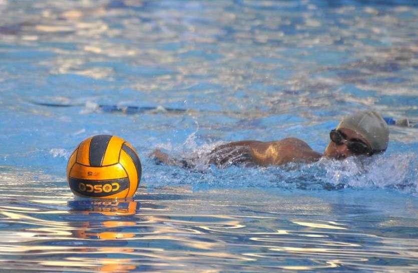 स्विमिंग पूल में फुटबाल मैच